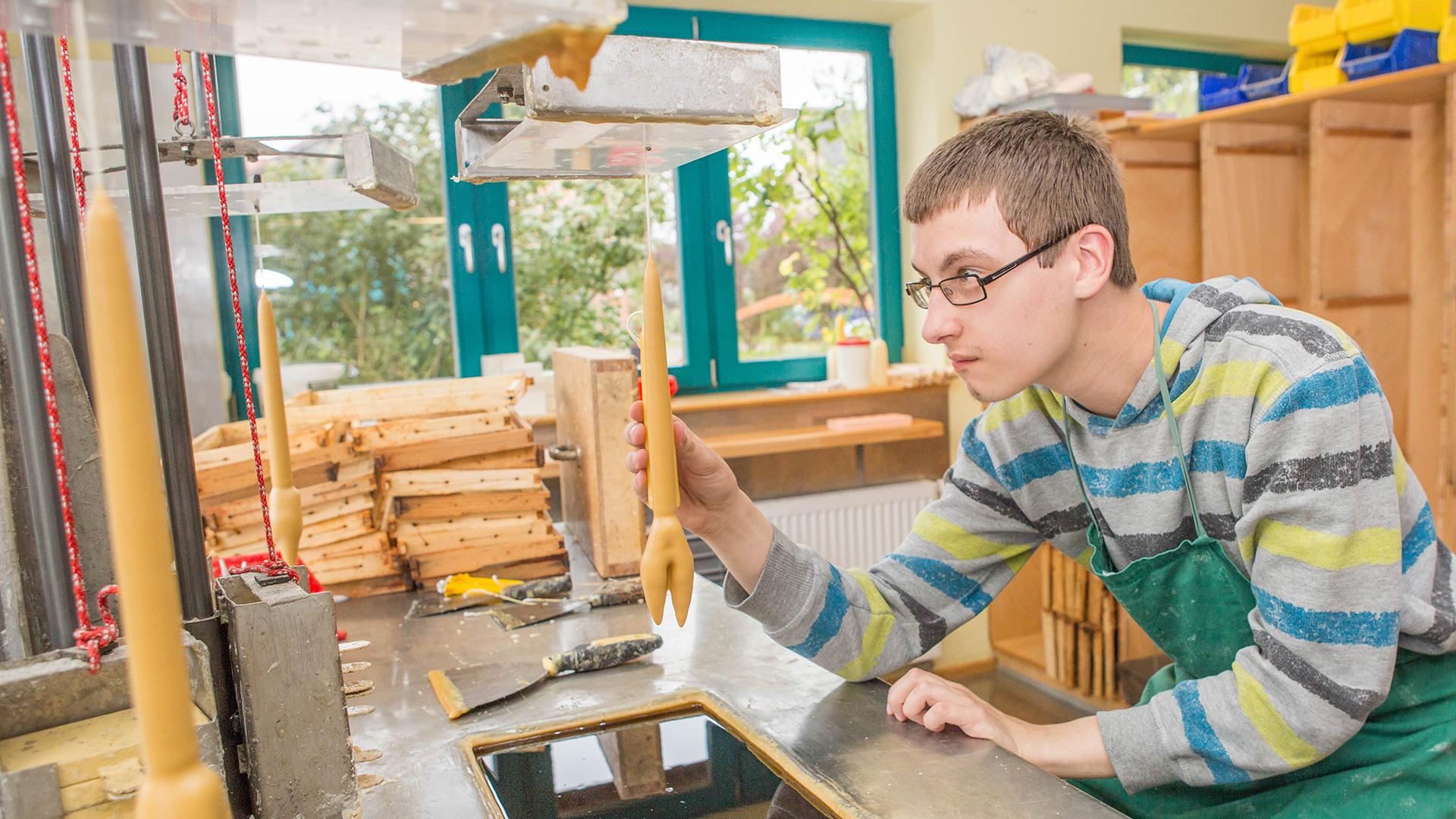 Bild stellt Arbeit in der Kerzenwerkstatt dar